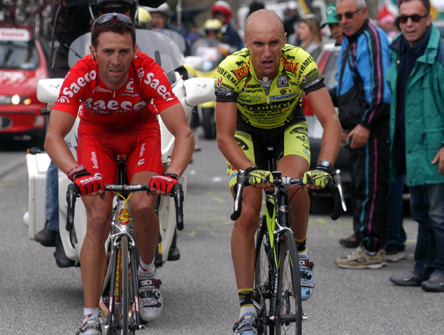 Gilberto Simoni and Stefano Garzelli n the attack
