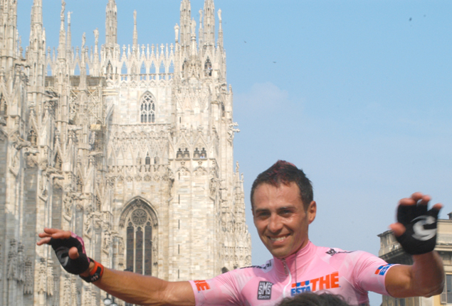 Gilberto Simoni wins the 2003 Giro d'Italia