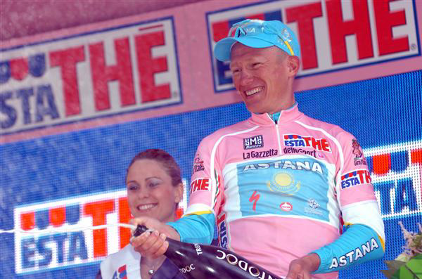 Alexandre Vinokourov leads the Giro