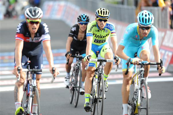 Fabio Aru leads in the first chase group