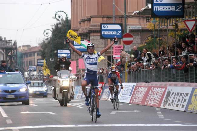 Michele Bartoli wins the 2003 Giro di Lombardia