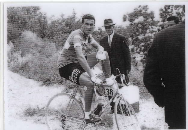 1963 Giro del Trentino: Bitossi stops to let his heart rate go back to normal