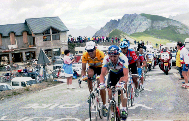 Tony Rominger leads Miguel Indurain nstage 10 of the 1993 Tour de France