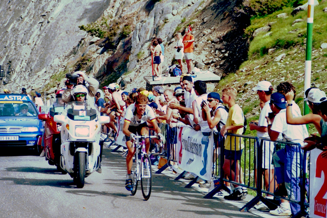 Ullrich riding to victory in the 1997 Tour's 10th stage