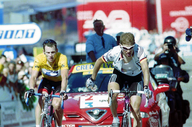 Ullrich and Armstrong finish together at Luz Ardiden in 2001