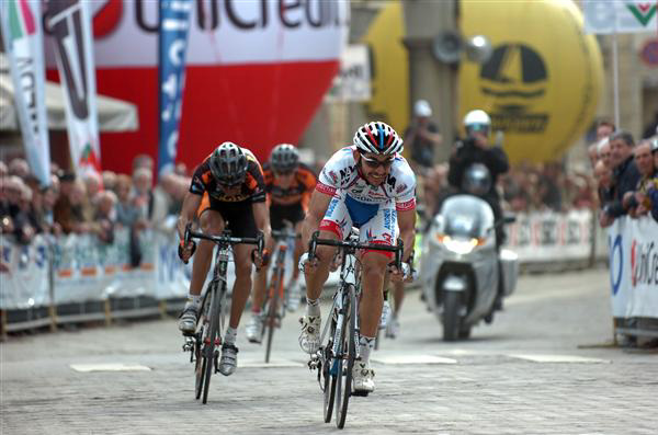 Jose Serpa wins stage 2