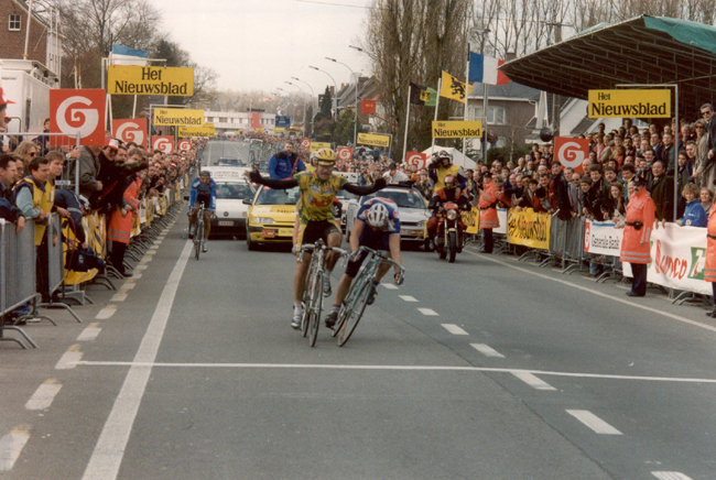 Gianni Bugno wins the 1994 tour of FLanders, barely beating Johan Museeuw
