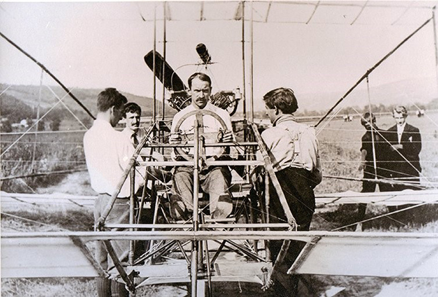 Glenn Curtiss versus the Wright Brothers