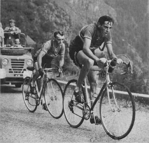 Prvi kolesarski vzpon na Alpe d`Huez med Dirko po Franciji leta 1952. Borba med kolesarjema Jean Robic in Fausto Coppi.