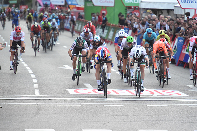 Fabio Jakobsen just wins stage 21